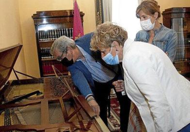 Arabako Batzar Nagusiek XVIII. mendeko pianoa hartu dute